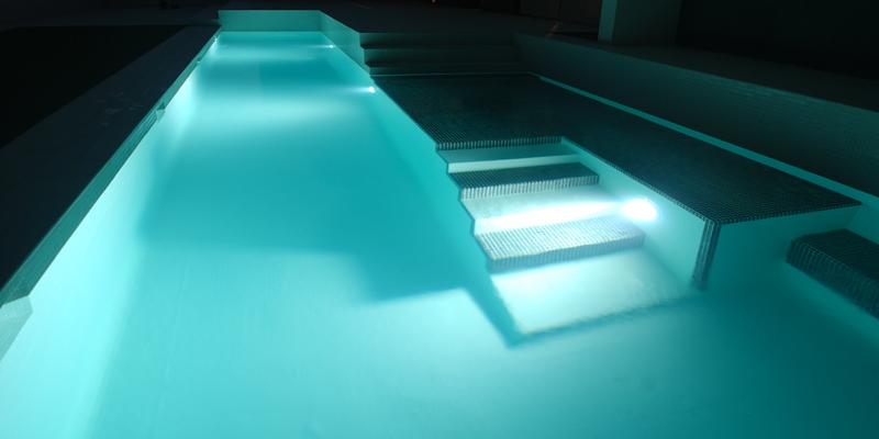 Ilumina tu piscina con estas fant sticas ideas mas color for Iluminacion led para piscinas